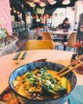 Wat vinden jullie de leukste plek om te zitten? Hier op de bank heb je wel een mooi uitzicht van het hele restaurant!? #XuNoodleBar #Noodles #SendNoods #Restaurant #Interior #Tilburg #View