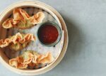 Homemade fried wontons 🥟🥟. Some might ask what the difference is between wontons and dumplings (jiaozi饺子). Basically a wonton is also a kind of dumpling, but a dumplings is not a wonton. Wontons mostly differ in the kind of dough and the method of cooking. Wonton dough is a lot thinner so, you can find it mostly in soups or deep fried. Other methods of cooking are not ideal because otherwise the dough will break. Have you ever tried our fried wontons?😍 Open today 16:00-21:00, order via WhatsApp 013-7856061 preferably before 16:00h☎️! . . . . . . #XuNoodleBar #Tilburg #Noodles #Asian #Chinese #Food #Hotspot #FollowUs #SendNoods #foodie #instafood #WaarTilburgEet #Takeaway #Delivery #Streetfood